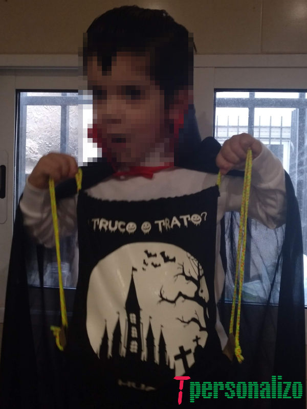Niño disfrazado con la mochila de halloween